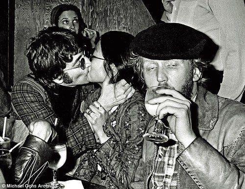 Джон Леннон со своей бывшей приятельницей Мэй Пэнг на очередной тусовке, 1970-е