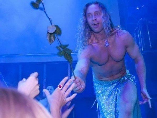 """Абсолютно голый Тарзан """"изнасиловал"""" зрительницу на сцене на глазах у Королевой"""