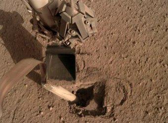 Буривший Марс зонд NASA внезапно застрял и ожил только после удара ковшом