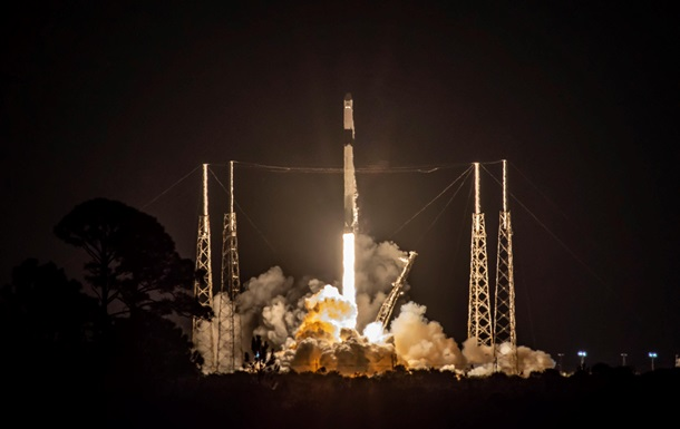 "Falcon 9 вывела ""грузовик"" Cargo Dragon на орбиту"