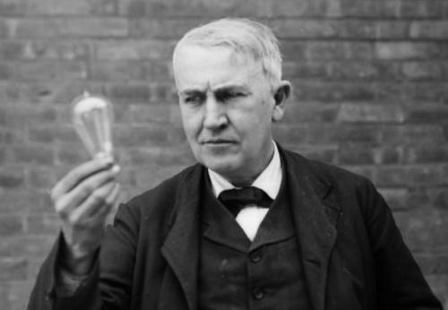 Миф: Томас Эдисон изобрел электрическую лампочку. Факт: Эдисон придумал метод, который позволял лампочке долго гореть.