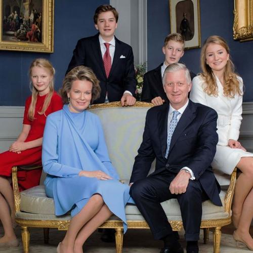 Филипп — король Бельгии Король Бельгийцев Филипп Леопольд Людовик Мария взошел на престол в 2013 году. Он стал первым наследным принцем страны, посещавшим обычную школу вместе домашнего образования. Филипп получил степень магистра политологии Стэнфордского университета. Еще будучи наследным принцем, он женился на Матильде дУдекем дАкоз. Супруги стали родителями четверых детей.Наследование в Бельгии не зависит от пола, и старшая дочь Филиппа — 18-летняя Елизавета Тереза Мария Елена — стоит первой в очереди к престолу. Девушка носит титул герцогини Брабантской и после восшествия на престол станет первой бельгийской Королевой. Ее имя присвоено бельгийской антарктической станции «Принцесса Елизавета». У короля Бельгийцев есть также 16-летний сын Габриэль Бодуэн Карл Мария, 14-летний сын Эммануэль Леопольд Гийом Франсуа Мария и младшая дочь Элеонора Фабиола Виктория Анна Мария, которой 16 апреля исполнится 12 лет.