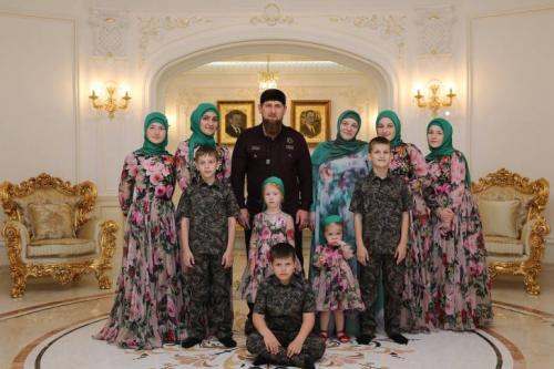 Рамзан Кадыров — глава Чеченской республики Сын первого президента Чечни Ахмата Кадырова возглавил республику 5 апреля 2007 года. Рамзан Кадыров и его жена Медни воспитывают 12 детей — 10 кровных и двух усыновленных. Глава Чеченской республики поддерживает институт приемного родительства — в 2006 году его мать Аймани Кадырова усыновила по просьбе сына 16-летнего подростка, а в 2007 году — 15-летнего мальчика. Сам Рамзан Кадыров не смог усыновить этих детей из-за недостаточной разницы в возрасте. У Главы Чеченской республики 4 кровных сына: 14-летний Ахмат, 13-летний Зелимхан, 12-летний Адам и трехлетний Абдуллах, и 6 дочерей: 21-летняя Айшат, 20-летняя Карина, 17-летняя Хеди, 15-летняя Табарик, 7-летняя Айшура и 5-летняя Эйшат. Старшая дочь Рамзана Кадырова Айшат с 2016 года руководит Домом моды Firdaws, основанным в 2009 году ее матерью Медни Кадыровой, заочно обучаясь на экономическом факультете Чеченского государственного университета. Дочь главы Чечни выпустила несколько коллекций мусульманской одежды. В начале 2017 года Айшат вышла замуж за сына погибшего друга отца, которого знала до свадьбы две недели.