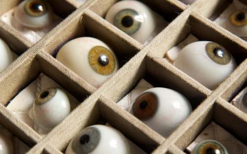 Пожалуй, самый странный предмет, когда-либо изъятый на таможне, был найден в аэропорту Станстед в 2007 году: неожиданная находка - 10 человеческих глазных яблок, плавающих в банке варенья.