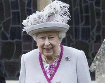Пользователи Instagram озадачены фотографией королевы Елизаветы с пистолетом в руке