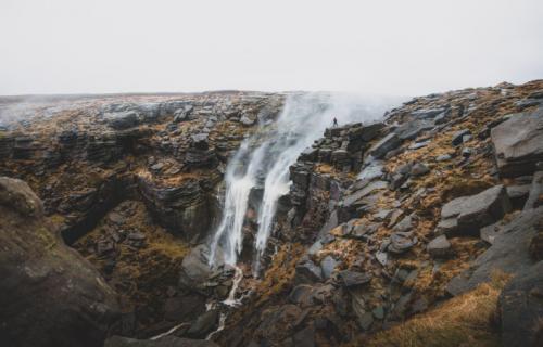Водопад Kinder Downfall в национальном парке Пик-Дистрикт в центральной и северной Англии. (Фото Sam Walker and Ike Walker   2020 UK National Parks Photography Competition):