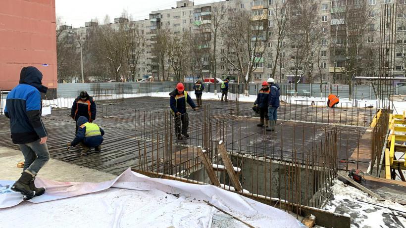 Рабочим на стройках бюджетных объектов Московской области начали измерять температуру