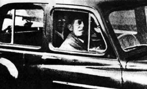 2. Призрак матери Чиннери В 1959 году Мабель Чиннери возвращалась с кладбища, где навещала могилу матери. Она решила сфотографировать своего мужа, который ждал ее в машине. На фотографии отчетливо видно, что на заднем сидении кто-то находится. Мабель без труда опознала в неизвестной фигуре свою мать, умершую несколько лет назад. Эксперты долго изучали фотографию и пришли к выводу, что никаких манипуляций с ней не производилось.