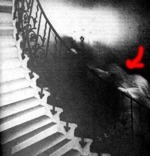 3. Призрак в музее Гринвича Эта фотография датируется 1966 годом, когда некий мужчина решил запечатлеть красивую винтовую лестницу музея Гринвича в Великобритании. При проявке на фотографии появился силуэт человека, поднимающегося по лестнице. Про морской музей Гринвича часто говорят, что там бродит нечистая сила. Многие посетители слышат странные звуки и видят прозрачные фигуры людей.