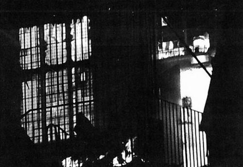 4. Призрак маленькой девочки В ноябре 1995 года во время крупного пожара сгорело здание Вем-Таун-Холла в одном из графств Великобритании. Пока дом горел, ни один из пожарных не видел маленькую девочку, которая затем появилась на проявленной пленке. Скептики заявляют, что изображение могло получиться таким благодаря дыму, а также рассеянному свету. Но разве такое лицо девочки могло получиться только из-за дыма? Выяснилось, что в 1677 году здание уже горело, при этом виновницей пожара была четырнадцатилетняя Джейн, которая оказалась среди погибших. Возможно, ее призрак до сих пор бродит по родным местам, пугая местных жителей.