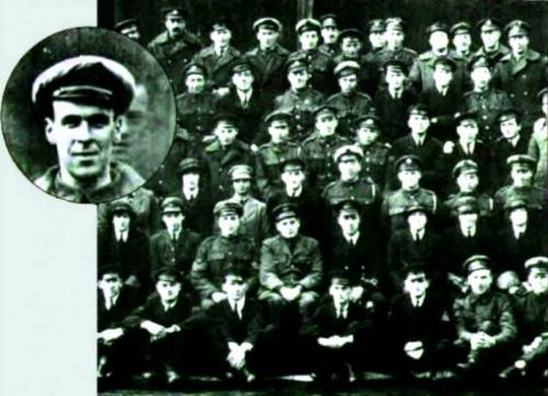 1. Призрак Фредди Одна из самых популярных фотографий с «призраком» была сделана в 1919 году. На групповой фотографии экипажа корабля «Дедал» за одним из мужчин виднеется лицо. Утверждали, что это лицо механика Фредди Джексона, который погиб за несколько дней до этого, попав под лопасти винта. В тот день, когда была снята фотография, состоялись похороны Фредди. Таким образом мужчина якобы захотел попрощаться со своими друзьями и коллегами.