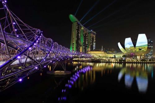 2. 280-метровый мост в виде человеческой ДНК — такое можно увидеть только в Сингапуре. Вечером невероятную атмосферу мосту Helix придает управляемая компьютером подсветка.