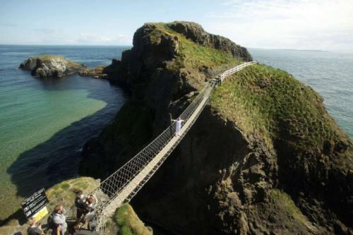 3. Канатный мост Каррик-а-Рид в Ирландии, построенный местными рыбаками, простирается прямо над 30-метровой пропастью.