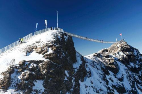 1. Peak Walk, Швейцария. Этот потрясающий подвесной мост, длиной 107 метров, соединяет две вершины Швейцарских Альп — пик Scex Rouge и Glacier 3000 — на высоте… 3000 метров.