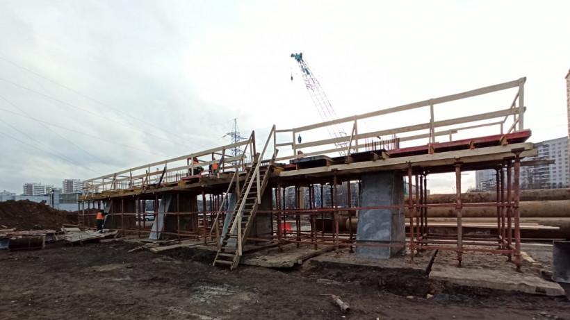 Специалисты приступили к бетонированию опор строящегося путепровода в Химках