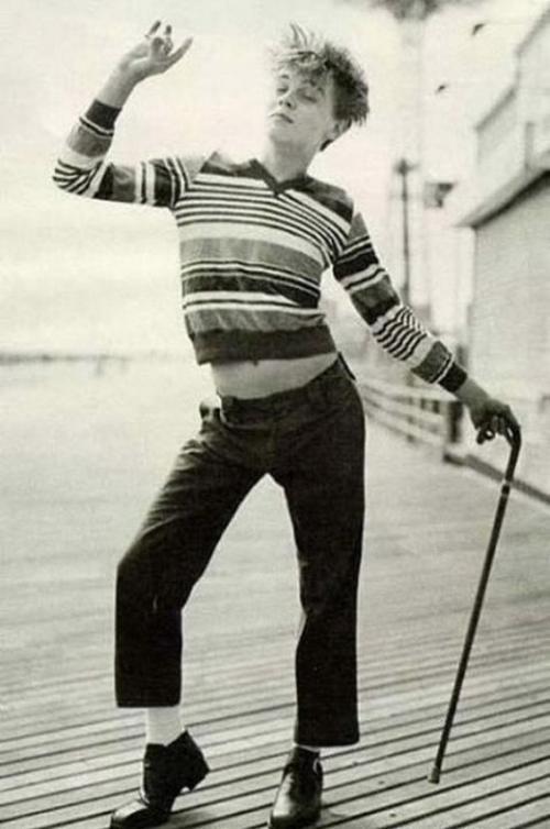 Молодой Леонардо Ди Каприо изображает Чарли Чаплина.