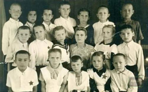 Талгат Нигматулин родился в 1949 году в шахтерском городке Кызыл-Кия в Киргизии. Отец-шахтер погиб, когда будущей звезде не было и двух лет. Мать, директор школы, одна растила двоих сыновей. Детство мальчика было тяжелым – но не необычным для любого советского дитя (на фото в первом ряду слева со звездой).