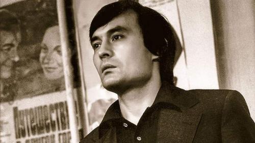 Талгат часто переезжал с места на место, пока был подростком. Во Фрунзе (современный Бишкек) он работал на сахарном заводе и в сапожной мастерской днем, а по вечерам ходил на бальные танцы, легкую атлетику, занимался в драмкружке и мечтал о карьере кинорежиссера.