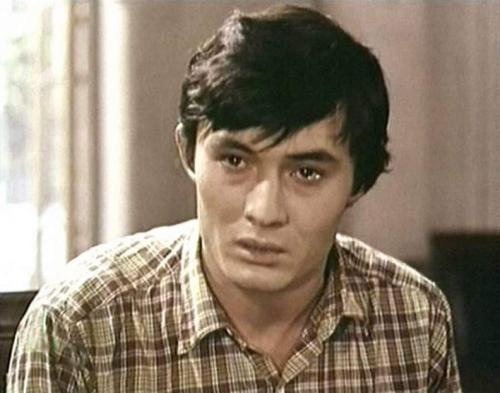 Ночь, Вильнюс. Актер с мировым именем, чемпион Узбекистана по карате и его пятеро близких друзей – в квартире. Они его избивают. Точнее, убивают. Еще несколько человек наблюдают за происходящим.