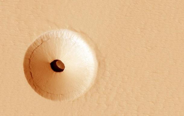 Ученые NASA обнаружили странную дыру на Марсе