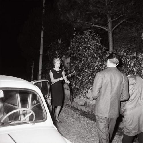 Тот самый звездный для Квинто снимок, где Анита Экберг угрожает папарацци луком и стрелами. Так звезда культового фильма Федерико Феллини «Сладкая жизнь» (La Dolce Vita) защищала свою приватность. 20 октября 1960 года.