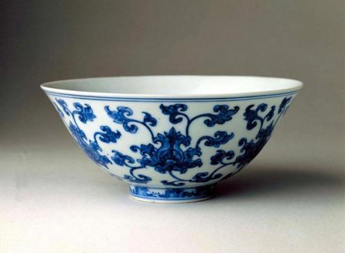Китайская керамика Вот уже пару тысяч лет Китай является ведущим поставщиком керамического искусства. У тех, кто успел приобрести себе парочку китайских ваз династии Мин, есть отличный шанс заработать на росте цен на азиатскую керамику. Аналитики прогнозируют увеличение стоимости предметов искусства родом из древнего Китая на 45% в течение следующих пяти лет. Всего пару месяцев назад фарфоровая чашка с петухом времен династии Мин была продана за 36 миллионов долларов на аукционе Christie's. Поэтому не поленитесь зайти в ближайший антикварный магазин.