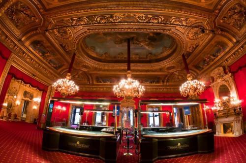 Казино Baden-Baden Казино Baden-Baden (Германия) — это классика игрового заведения. Оно одно из старейших, изысканнейших и почитаемых казино мира. Построено казино еще в 1809 году, и его столы помнят много царских особ и времена, когда за игрой использовались только золотые и серебряные фишки. В элегантных залах казино, наполненных настоящим духом азарта, расположено 24 стола с зеленным сукном и установлено 113 игровых автоматов. Богатое убранство просторных залов, исключительный сервис и профессионализм крупье — все располагает к увлекательной игре.