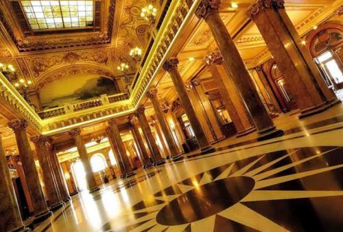 Casino de Monte Carloпо (Монако) Расположенное в Монако Casino de Monte Carloпо по праву заслуживает всемирного признания. Роскошный фасад из мрамора, многочисленные колонны, богатое убранство залов, VIP-залы для привилегированных особ, 316 современных слот-автоматов, 35 игровых столов и все блага для удовольствия от игры и отдыха. Все в казино Casino de Monte Carlo создает особую элитную атмосферу для увлекательной игры.
