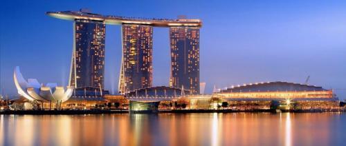 Marina Bay Sands Marina Bay Sands (Сингапур) — это впечатляющее своей уникальностью, масштабностью и дорогим видом казино Сингапура, расположившееся на берегу красивейшего залива Марина Бэй. Казино представляет собой невероятный по красоте и размаху комплекс из трех 55-этажных башен высотой 200 метров. Соединяет башни расположенный на их крышах уникальный панорамный бассейн. К услугам гостей казино — 600 столов для живой игры и 2300 самых современных игровых автоматов. Ежедневно казино посещают около 25 тысяч человек.