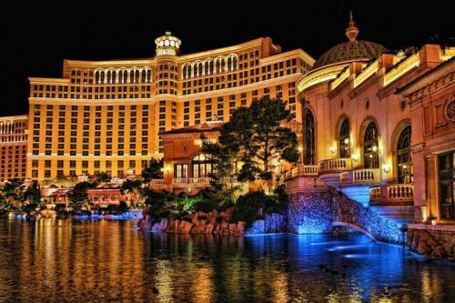 Казино-отель Bellagio Казино-отель Bellagio — это масштабный комплекс, открывшийся в 1998 году в центре Лас-Вегаса. Белладжио — самое дорогое казино Города Греха, его стоимость более 1,6 млрд долларов. В роскошных залах казино установлено 200 столов для всех популярных азартных игр и 2000 самых ошеломляющих игровых автоматов. Казино Bellagio славится своими ресторанами и известным шоу Cirque Du Sjleit. Завсегдатаи казино Белладжио — многие известные мировые личности.