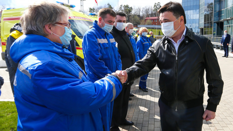 Андрей Воробьев и Денис Мантуров вручили автомобили скорой помощи врачам Подмосковья