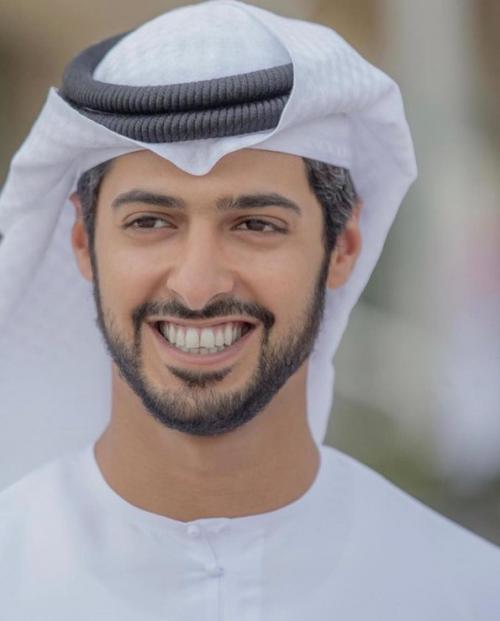 Кронпринц эмирата Дубай Хамдан, 36 лет Если ты любишь прыгать с парашютом, кататься на велосипеде, заниматься дайвингом и зиплайном, то у тебя много общего с Хамданом ибн Мохаммедом Аль Мактумом. Подписчики принца в Instagram знают, как он любит экстремальный отдых, а еще — ястребов и верблюдов. К тому же принц пишет стихи!