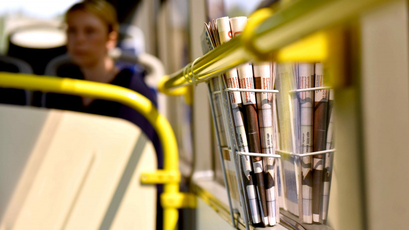 Поручни и газеты в автобусе