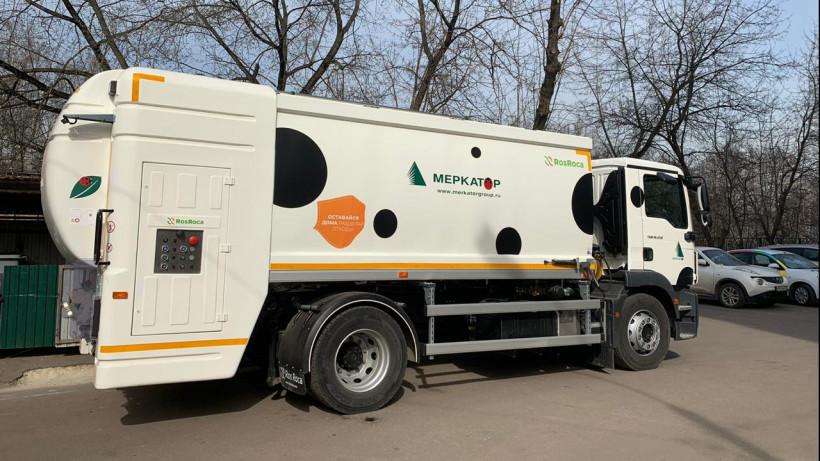 Регоператоры используют новые спецмашины для мойки контейнеров в Подмосковье