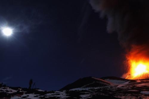 Этна, Италия 17 ноября 2013 года 27 октября 2002 года началось извержение сицилийского вулкана Этна, самого высокого в Европе (3329 м над уровнем моря). Извержение завершилось лишь 30 января 2003 года. Вулканической лавой были уничтожены несколько туристических кемпингов, гостиница, горнолыжные подъемники и рощи средиземноморской сосны. Извержение вулкана нанесло сельскому хозяйству Сицилии ущерб примерно в 140 млн евро. Извергался также в 2004, 2007, 2008 и 2011 годах.