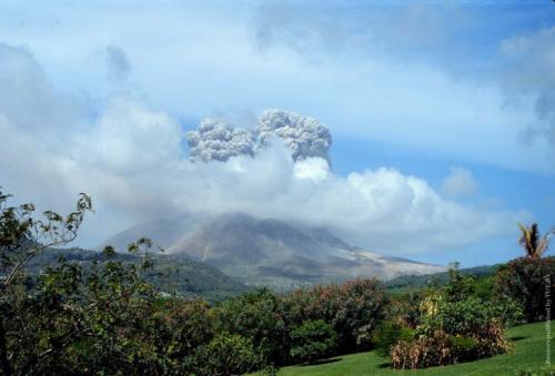 Суфриер, остров Монтсеррат 19 февраля 1999 года 12 июля 2003 года — извержение вулкана Суфриер на острове Монтсеррат (архипелаг Малые Антильские острова, владение Великобритании). Острову площадью 102 кв. км нанесен значительный материальный ущерб. Пепел, покрывший практически весь остров, кислотные дожди и вулканические газы уничтожили до 95% урожая, большие убытки понесла рыболовная отрасль. Территория острова была объявлена зоной бедствия. 12 февраля 2010 года вновь началось извержение вулкана Суфриер. Мощный «дождь» из пепла обрушился на несколько населенных пунктов острова Гран-Тер (Гваделупа, владение Франции). В Пуэнт-а-Питра были закрыты все школы. Местный аэропорт временно прекратил свою работу.