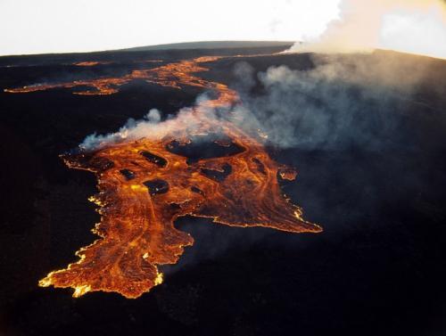 Мауна-Лоа, Гавайи Самый большой из действующих на земле вулканов — Мауна-Лоа на острове Гавайи, США — 4170 м над уровнем моря и около 10 000 м от основания на дне океана, кратер имеет площадь более 10 кв. км.