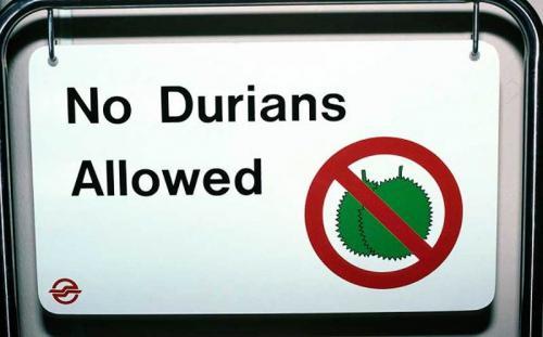 Неделикатный деликатес В Брунее, Индонезии и Малайзии многие люди обожают фрукт под названием дуриан, у которого очень приятный орехово-сливочный вкус. Тем не менее, местные законы запрещают есть этот деликатес в публичных местах – автобусах, метро, гостиницах, аэропортах и т.д. Дело в том, что дуриан обладает на редкость отвратительным запахом, напоминающим смесь чеснока, тухлой рыбы и канализации.