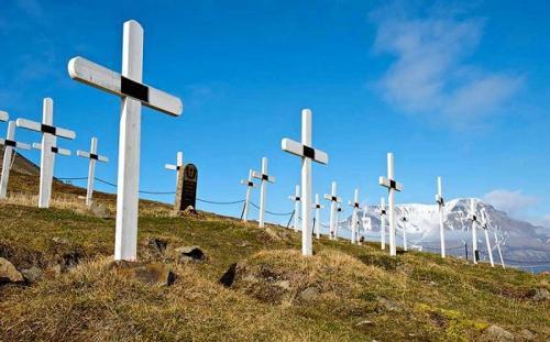 Город, где запрещено умирать Если вы планируете жить вечно, поезжайте в отдалённый норвежский городок Лонгйирбюен, где умирать запрещено законом. Это связано с тем, что тела в вечной мерзлоте не разлагаются. Местное кладбище закрылось для новых захоронений 70 лет назад. Так что если кто-нибудь тяжело заболеет, то его немедленно переправят на самолёте на большую землю, где человек может спокойно встретить свой конец без проблем с законом.