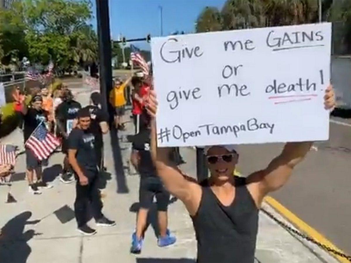 Американцы отжимаются на улице, призывая власти открыть спортзалы