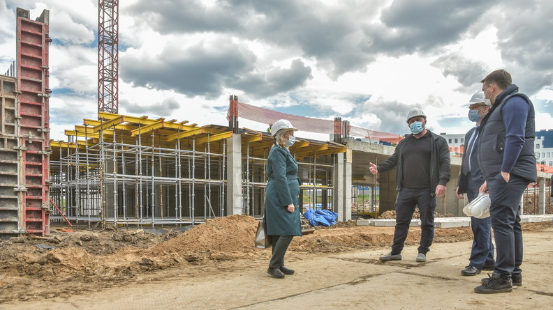Министр стройкомплекса Подмосковья проверил ход строительства школы в Наро-Фоминске