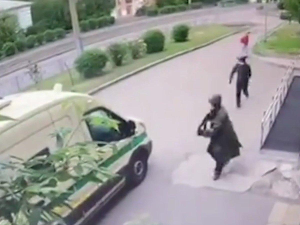 Нападение на инкассаторов в Красноярске попало на видео