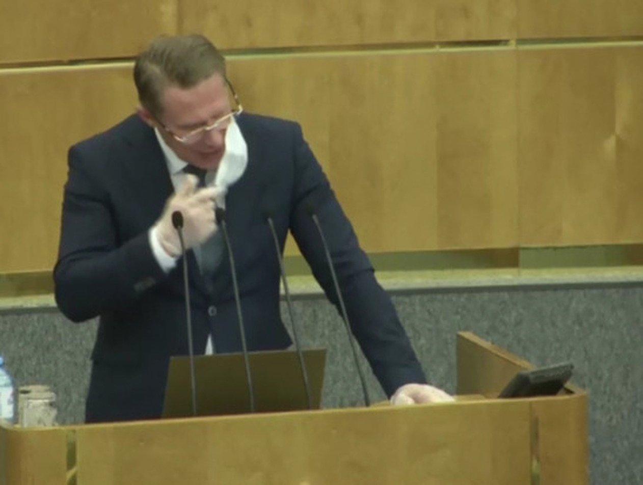 «Не превращайте в бу-бу-бу»: главу Минздрава в Госдуме заставили снять маску