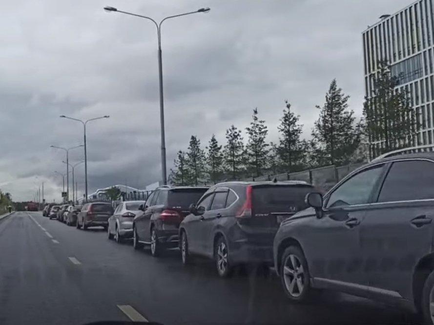 «Ноль парковочных мест»: больные вынуждены почти километр добираться пешком до больницы в Коммунарке