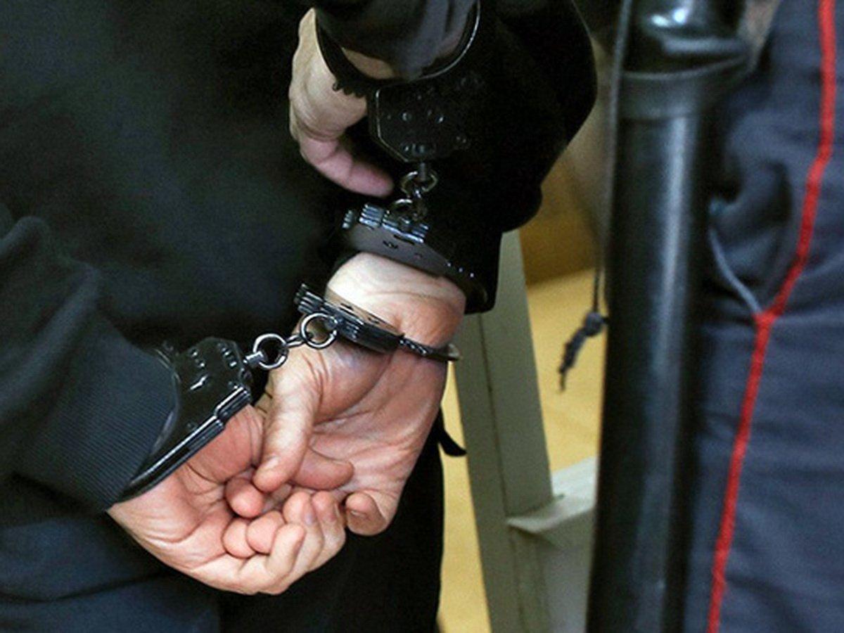 Полицейских задержали за избиение педофила