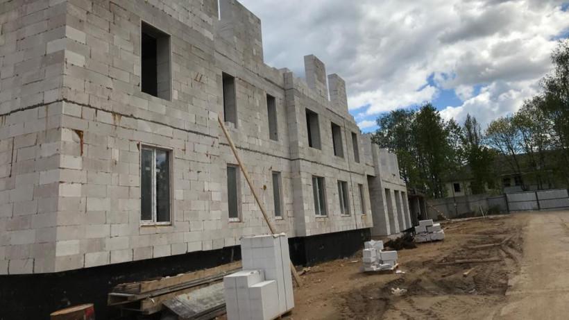 Строительство двух домов для переселенцев из аварийного жилья возобновили в Рузском округе