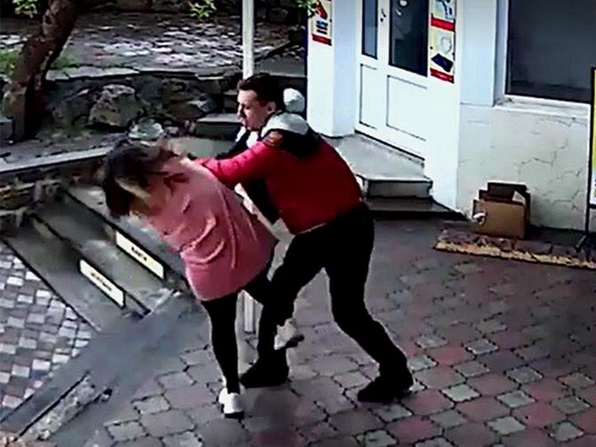 Тренер ММА избил в Крыму продавщицу после просьбы надеть маску