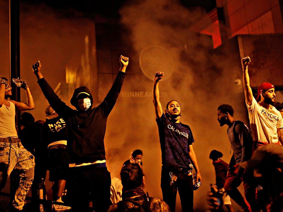 В Миннеаполисе протестующие сожгли полицейский участок: введен режим ЧС