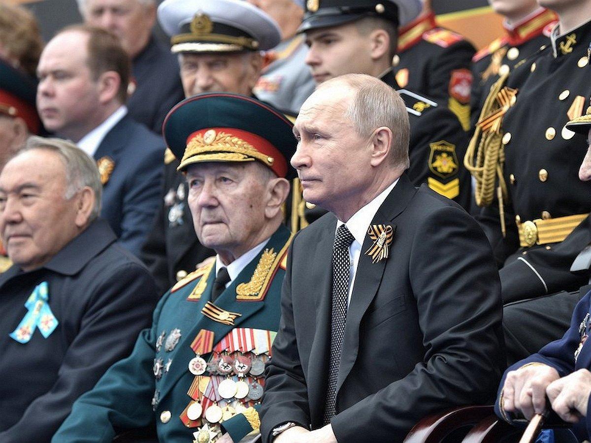 Bloomberg: 80 ветеранов, которые будут рядом с Путиным на параде Победы, отправили на две недели карантина
