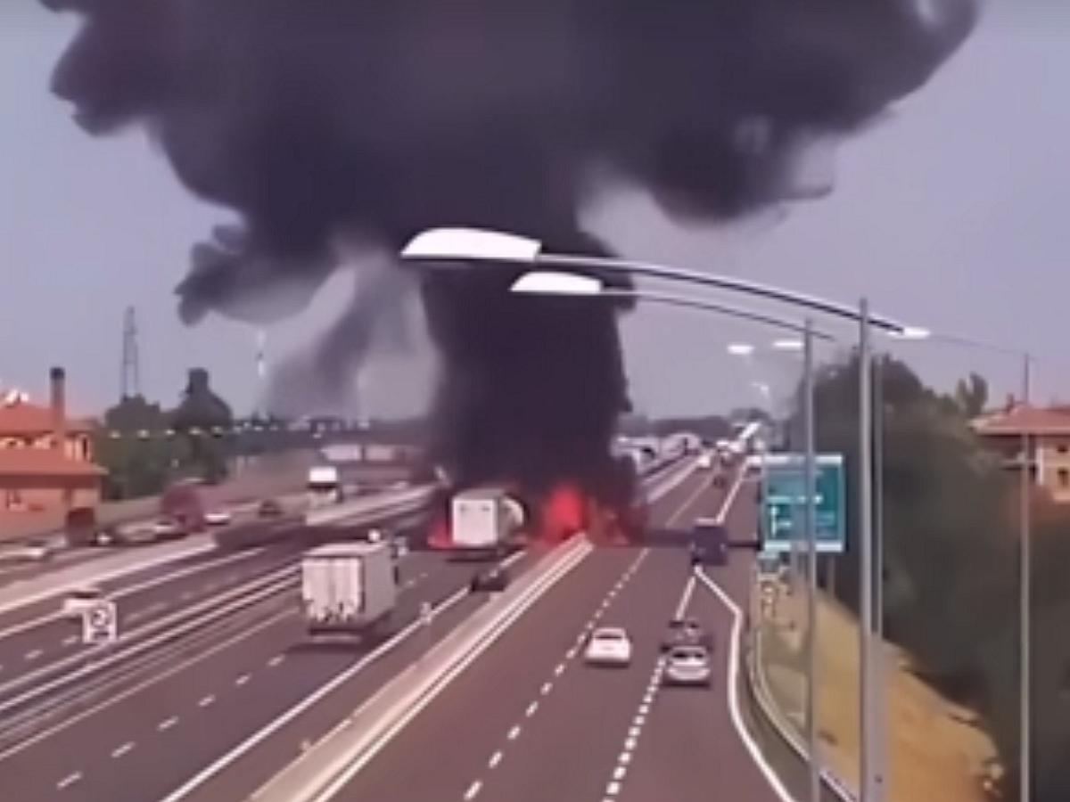 Эпичный взрыв автоцистерны в Китае попал на видео: 19 погибших
